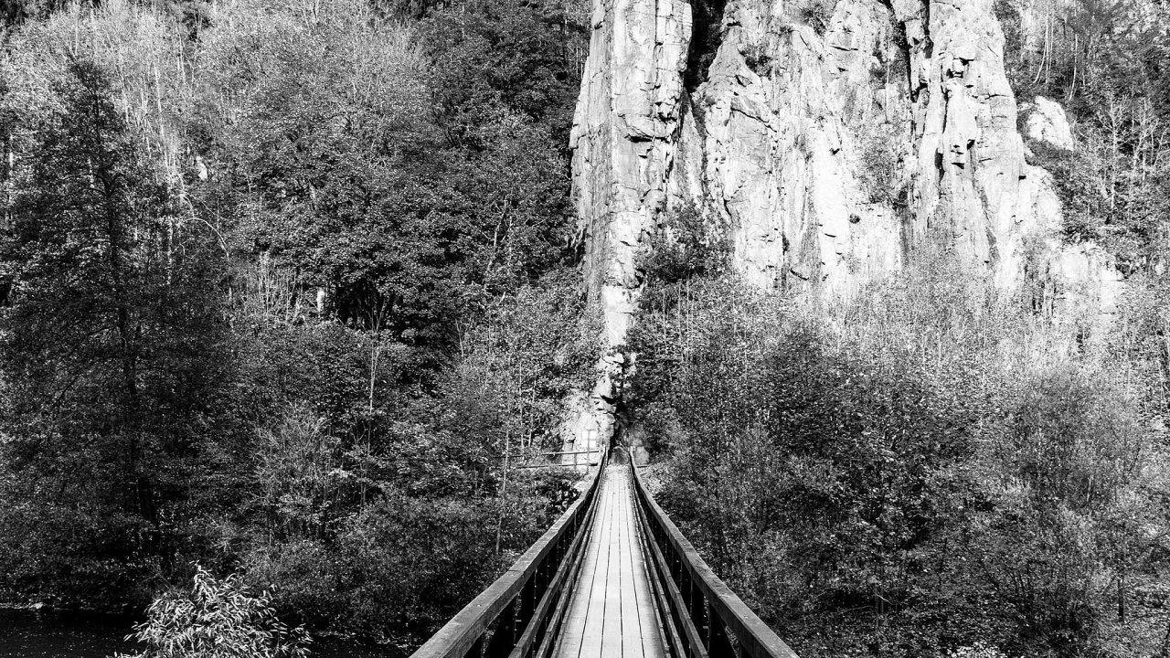 Žulové skalní město Svatošské skály vytvořila řeka Ohře, která voblasti mezi Loktem aDoubím prorvala karlovarský žulový masiv hlubokým kaňonem.