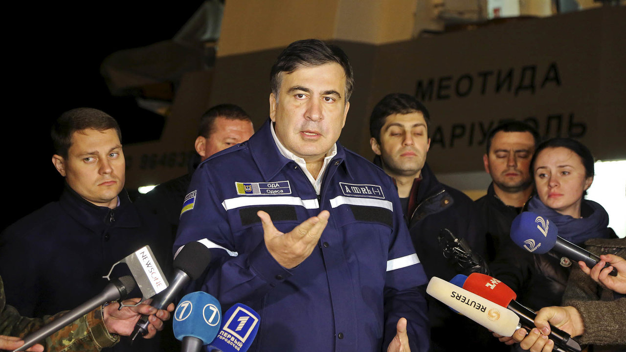 Nezdařený první pokus. Bývalý ukrajinský prezident Petro Porošenko přizval Michaila Saakašviliho kbudování státu, ale spor mezi nimi se vyhrotil tak, že Gruzínce zbavil ukrajinského občanství.