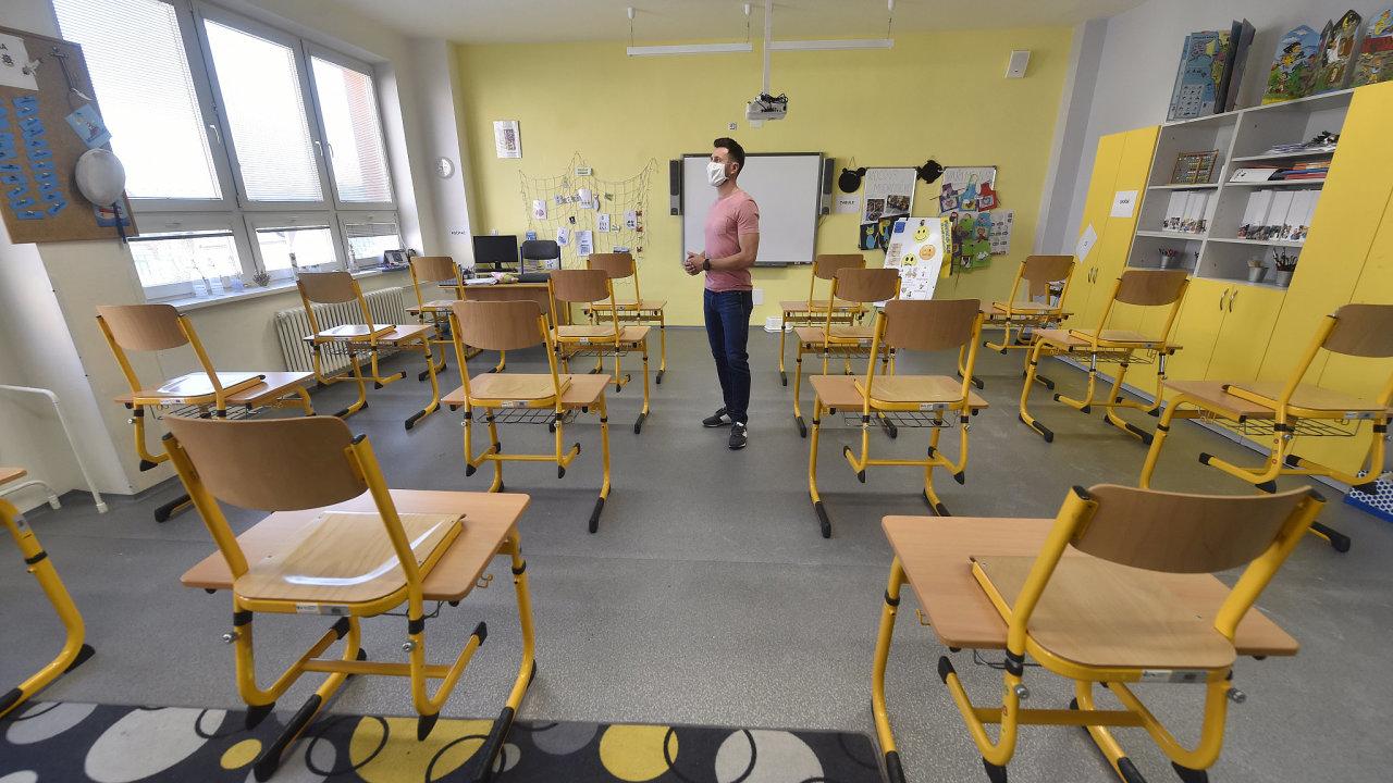 Ředitel Základní školy a mateřské školy Ludgeřovice Karel Moric ukazuje 23. dubna 2020 třídu připravenou na návrat dětí z prvního stupně.