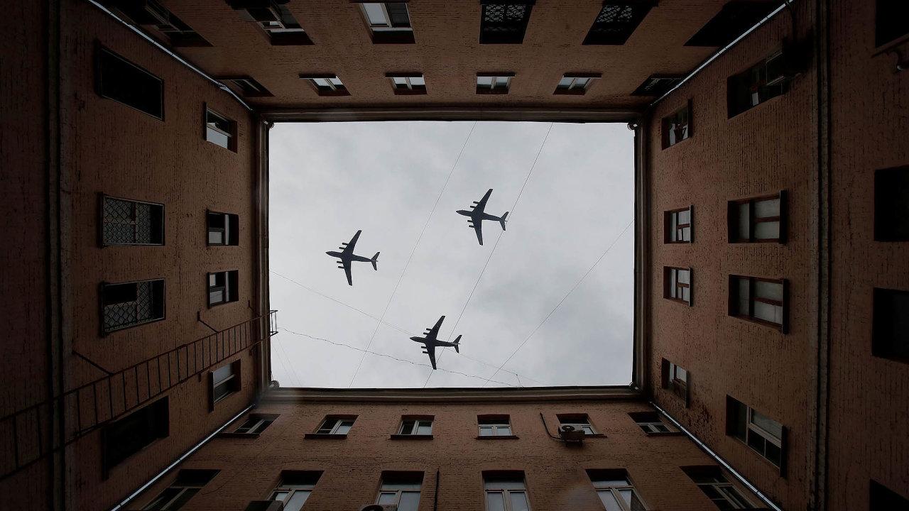 Přelet nad Moskvou: Na leteckou přehlídku, která bude největší vdějinách země, se piloti připravovali již v minulých dnech.