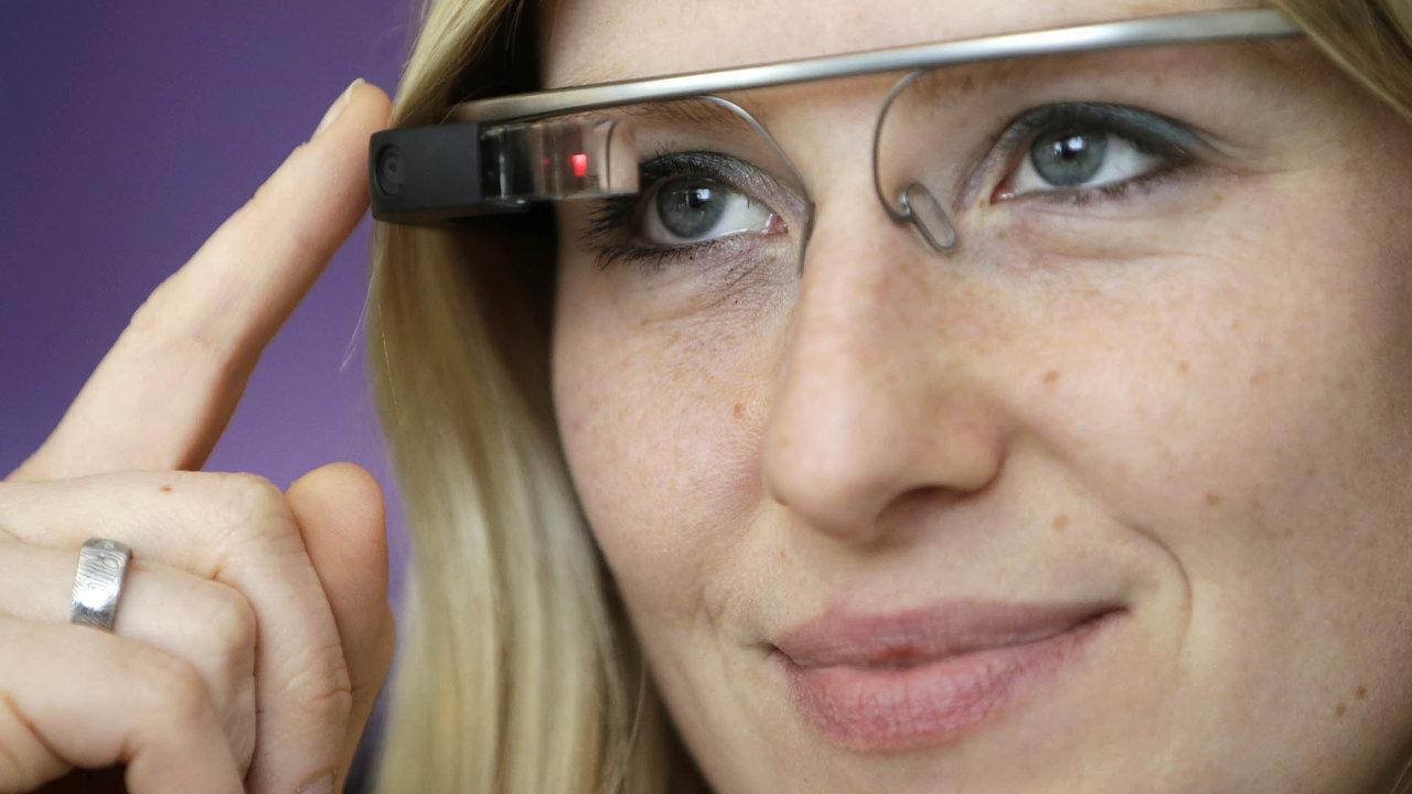 Google koupil firmu North, spomocí jejíchž vývojářů by se mohl vrátit kvýrobě chytrých brýlí pro širokou veřejnost. První generace jeho Google Glass (nasnímku), se vroce 2013nechytla.