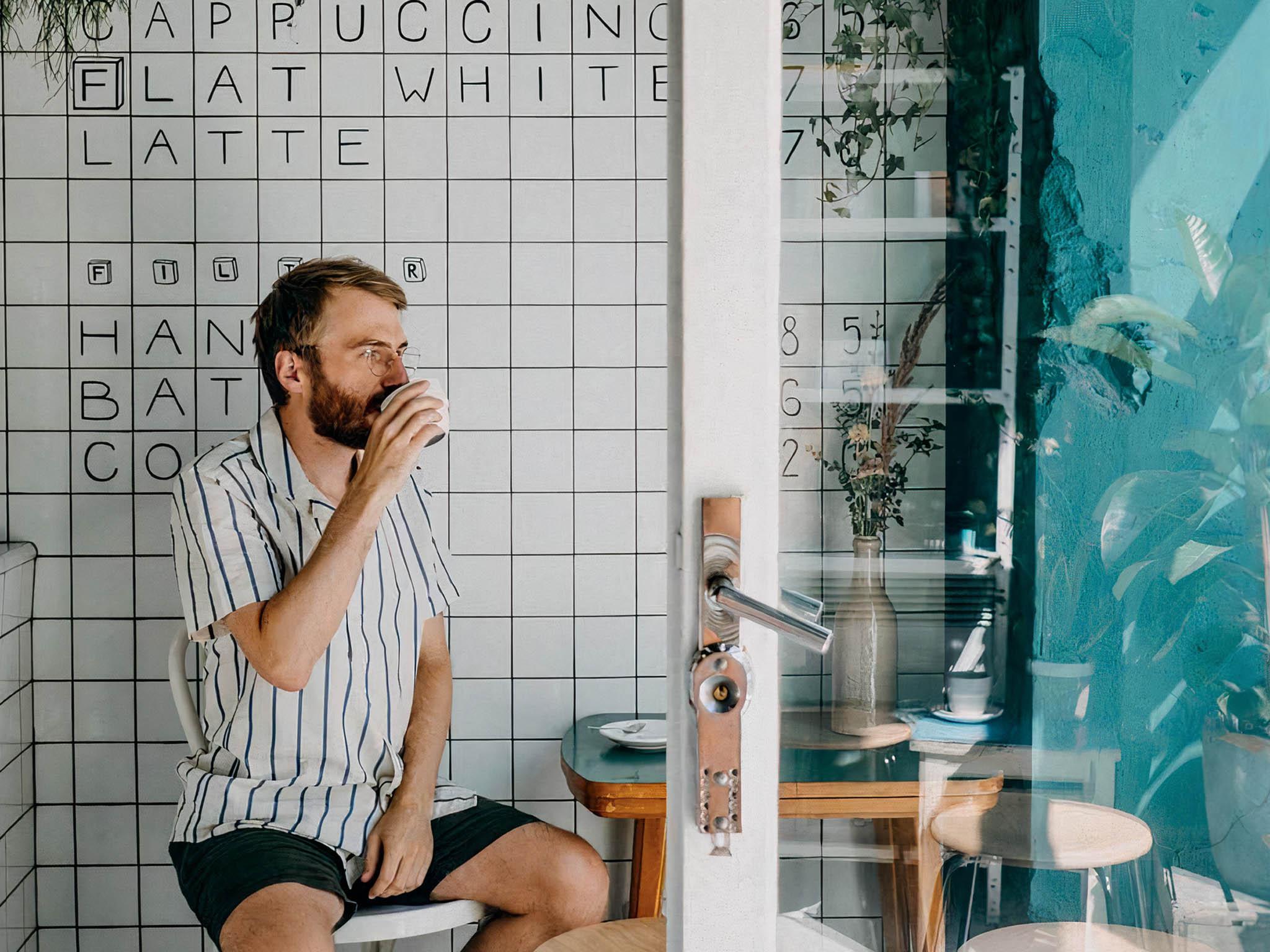 Jackieho Tran Anha znáte pravděpodobně zjeho dvou úspěšných podniků – vinohradského Cafefin adejvického Mazelab.coffee. Jeho nový projekt se jmenuje Format.coffee anajdete ho naLetné.