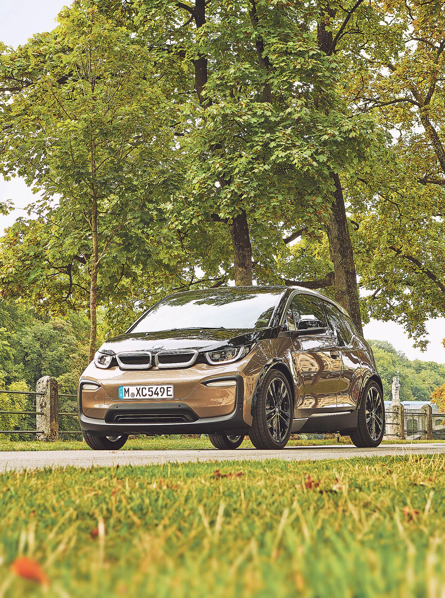 Exteriér elektroautomobilu BMW i3 tvoří termoplast zesílený skelnými vlákny, který se při nárazu došesti kilometrů za hodinu nepoškodí.