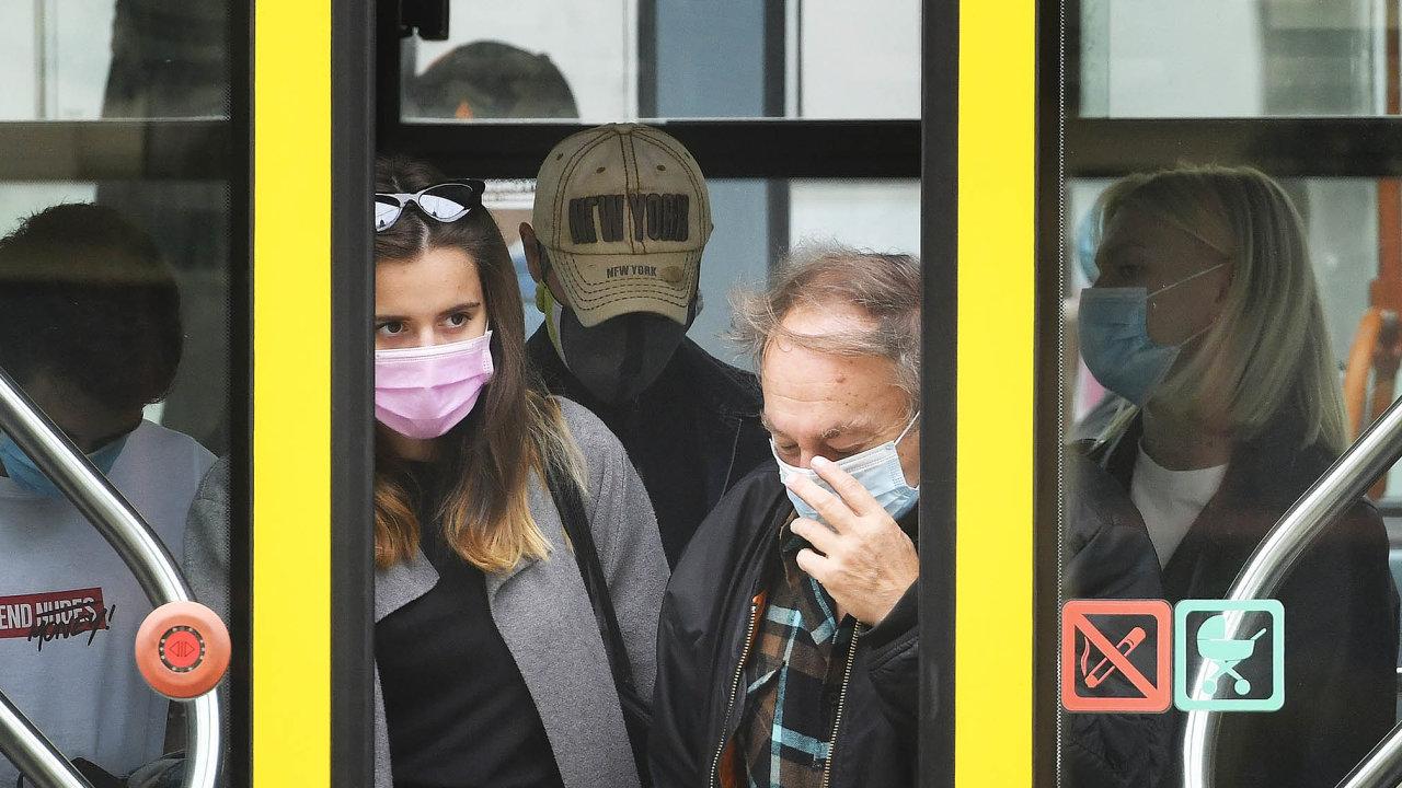 Virus se šíří: VČesku nyní přibývá několik stovek případů nákazy koronavirem denně, pozvolna roste ipočet hospitalizovaných apacientů scovidem vevážném stavu.