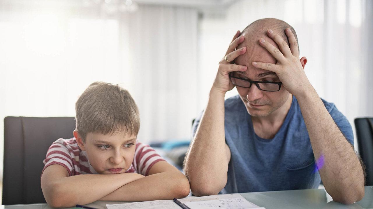 Rodiče s nižším vzděláním vdobě uzavření škol bojovali společně se svými potomky s úkoly ze školy.