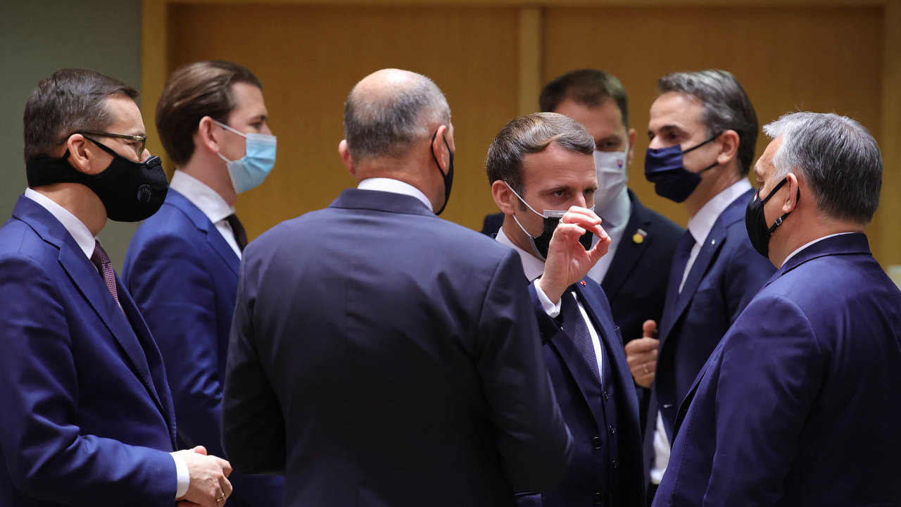 Dohodli se. Francouzský prezident Emmanuel Macron (uprostřed) v rozhovoru s maďarským premiérem Viktorem Orbánem na summitu v Bruselu - dvě strany na opačných pólech názorového spektra našly shodu.