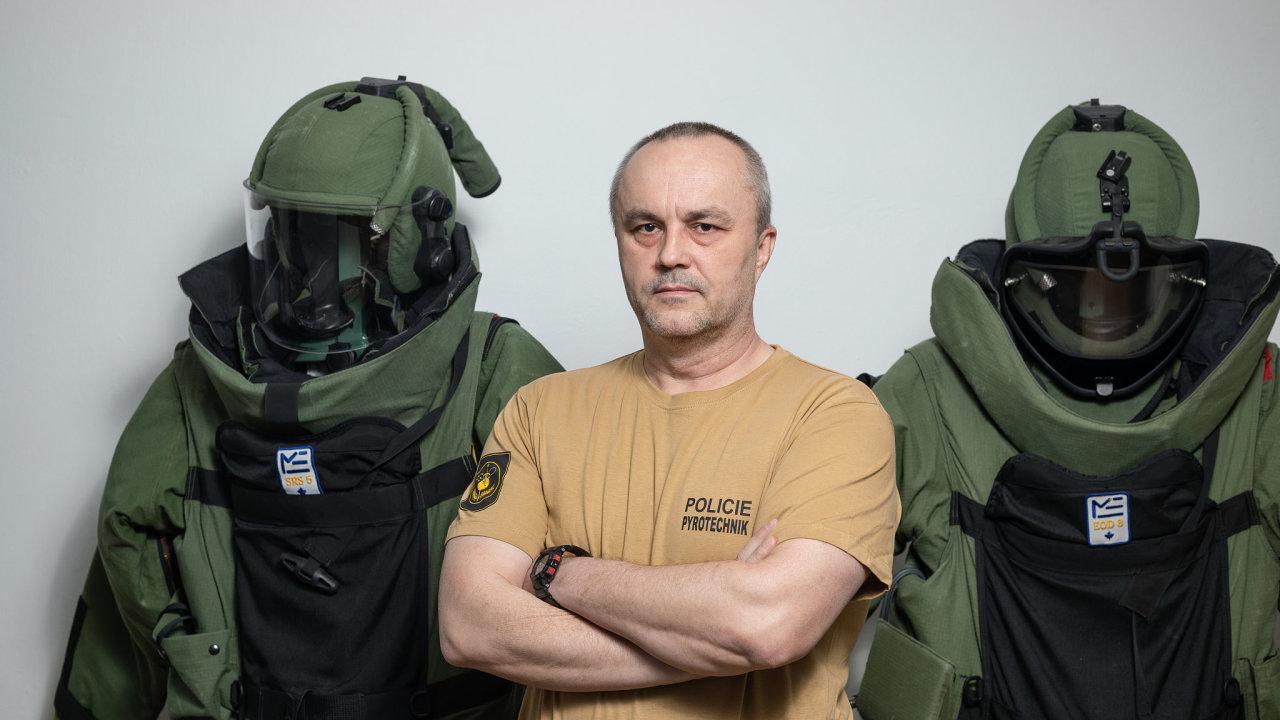Na pyrotechnickém zásahu ve Vrběticích se střídaly desítky policejních pyrotechniků z celé České republiky. Po celou dobu šestiletého čištění oblasti od munice jim velel plukovník Jiří Lačňák.