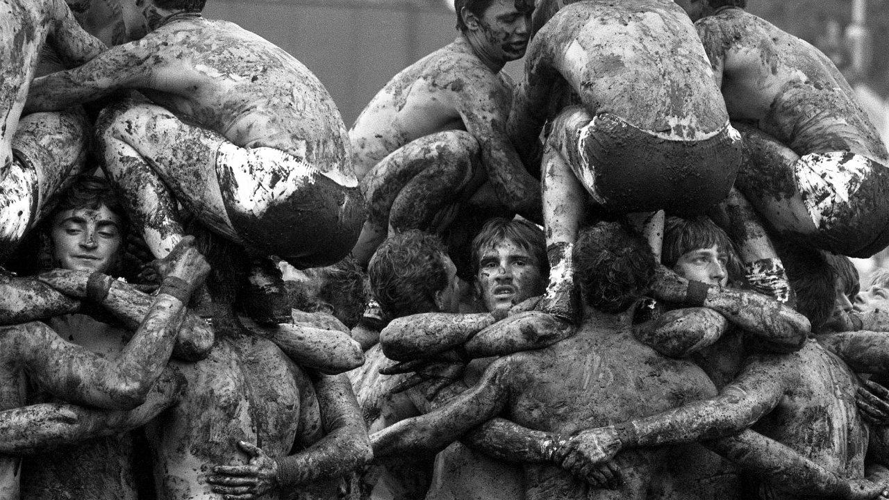 Cvičenci na fotografiích Zdeňka Lhotáka nejsou nikdy tak daleko, aby se jejich tváře vytrácely aztěl se stávaly součástky mechanického vzorce.