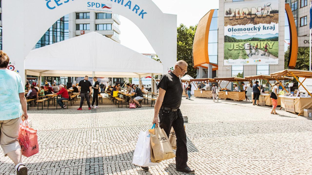 Hnutí SPD v sobotu v Olomouci odstartovalo sérii mítinků nazvaných Český jarmark SPD. Ty mají obrazit všechna krajská města a mají být reklamou na snahu hnutí dostat do obchodů víc českých potravin.