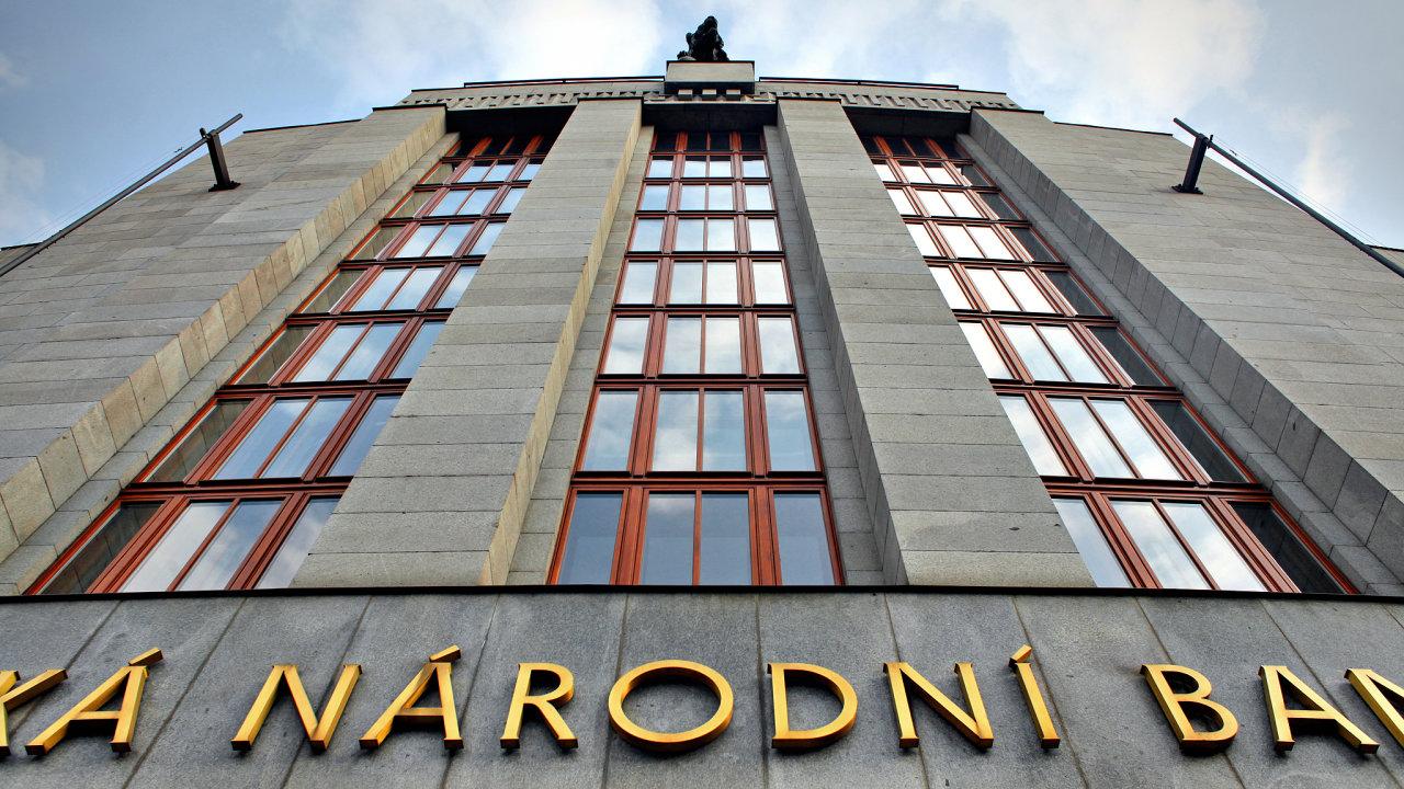 Česká národní banka bude podle analytiků pokračovat v tlumení inflace vyššími sazbami.
