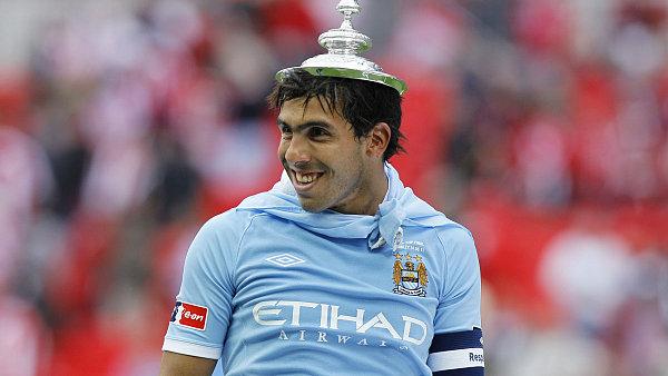 Carlos T�vez v dresu Manchesteru City po v�t�zstv� v FA Cupu