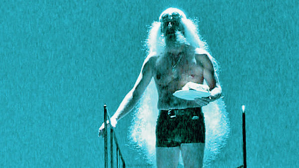 Moderní isncenace. Král Lear v podání Davida Ppachaře brázdí bazén