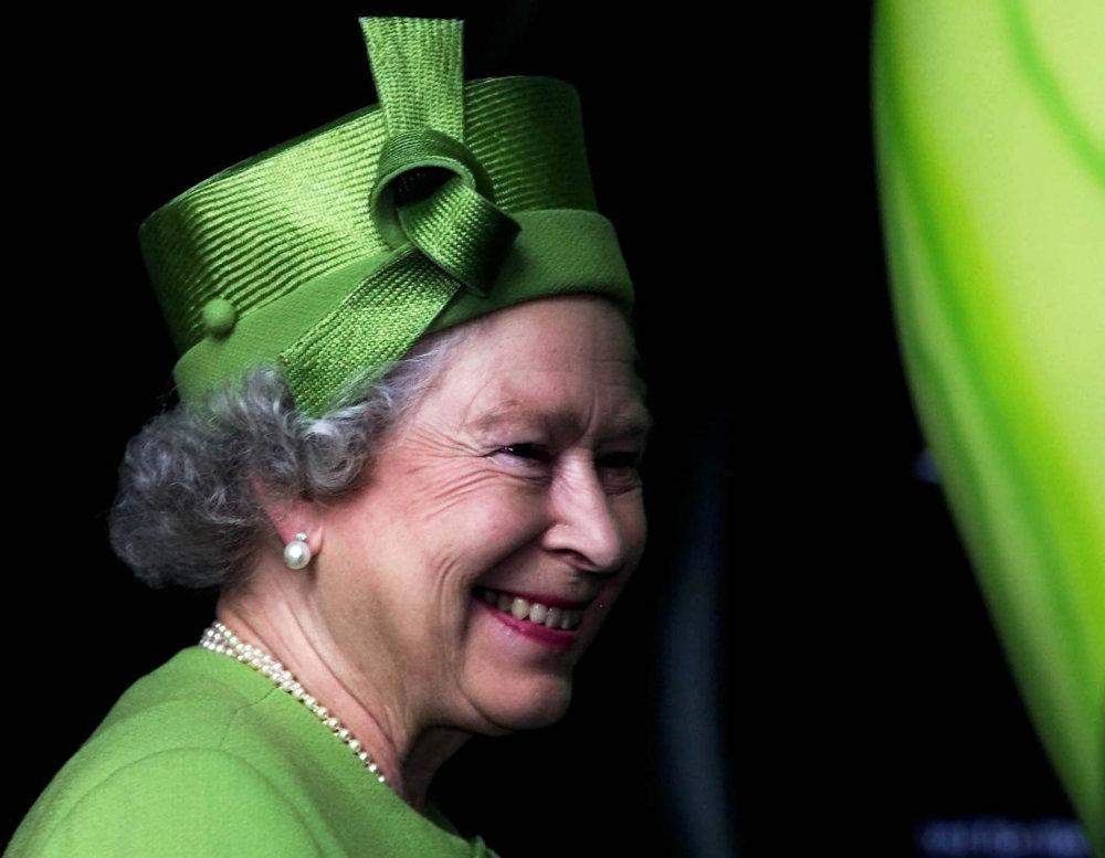 Klobouky britské královny Alžběty II.  Nejčastěji s mašlemi ... 0f6bb04631