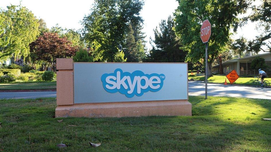 Logo Skype před budovou v Silicon Valley