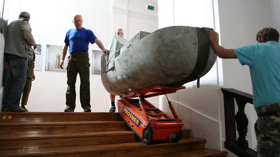 Jedním z účastníků projektu je Vojtěch Míča, jehož socha se na obrázku právě přesouvá k nice.