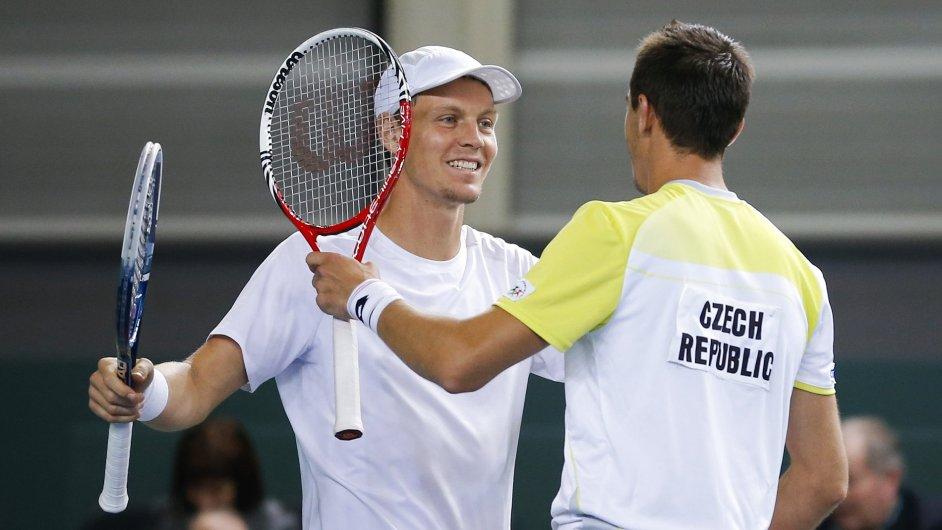Tomáš Berdych a Lukáš Rosol slaví výhru ve čtyřhře Davis Cupu