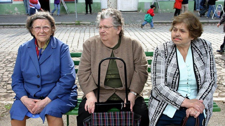 Důchodkyně odpočívají na lavičce.