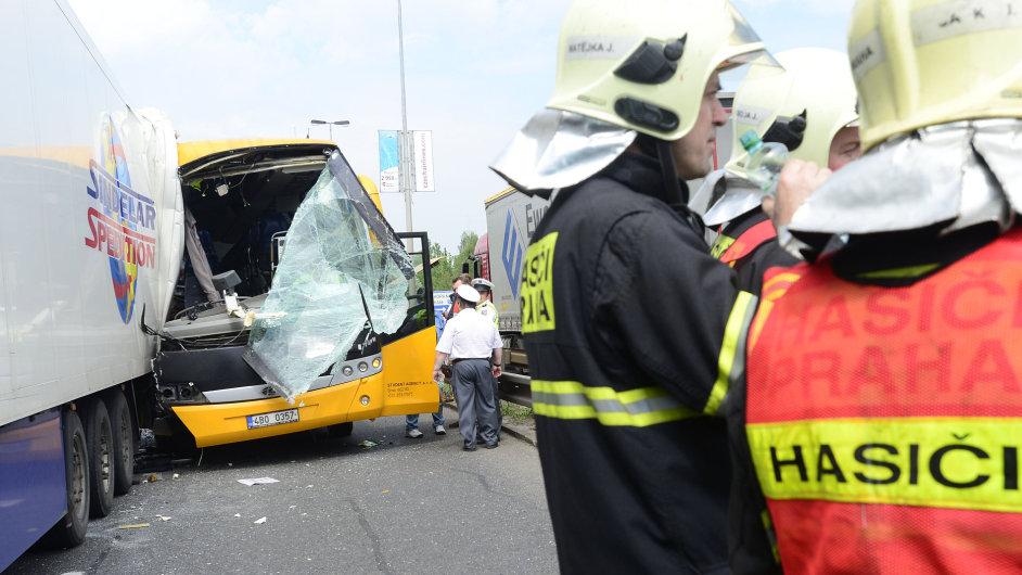 V Praze se srazil autobus Student Agency s kamionem