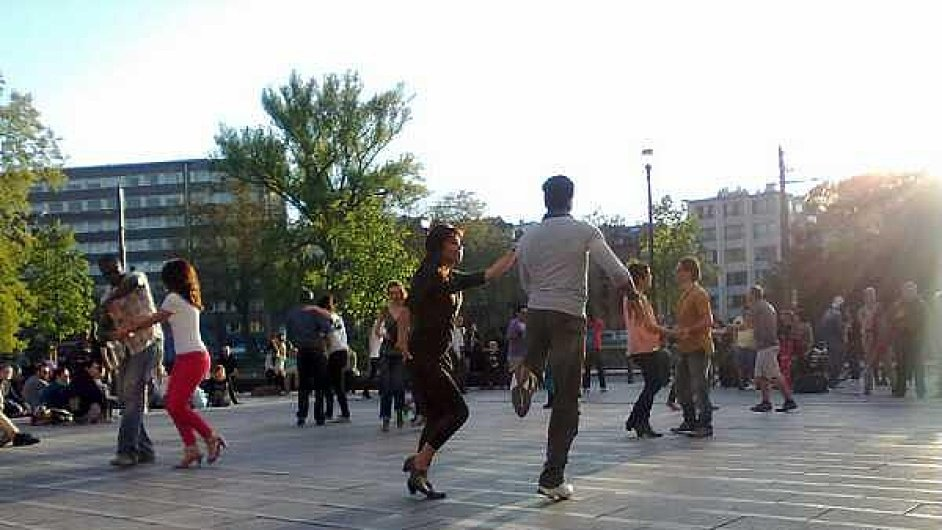 K sousedským radovánkám patří v Bruselu i tanec salsy na náměstí.