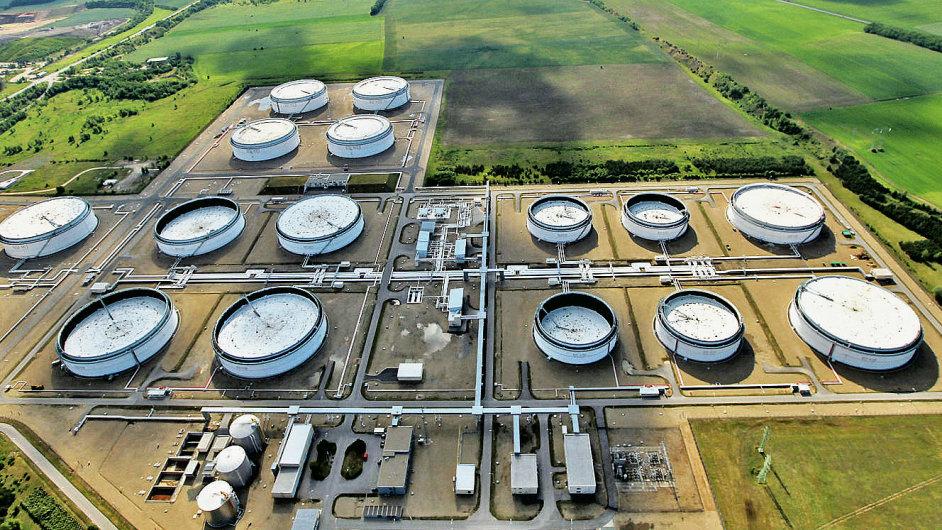 Mero má na starosti provoz ropovodů i skladování státních ropných rezerv. Ty leží v nádržích v Nelahozevsi u Kralup.