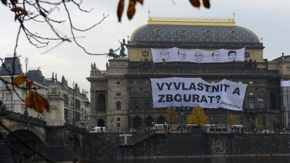 Greenpeace vyvěsilo na Národním divadlu transparenty