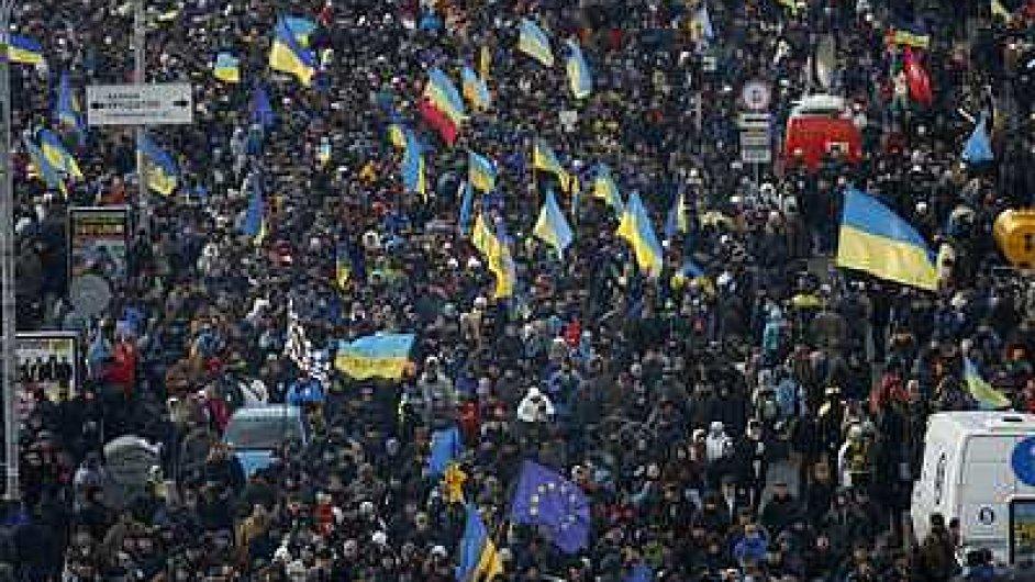 V Kyjevě mávají vlajkami, demonstranti míří k sídlu prezidenta