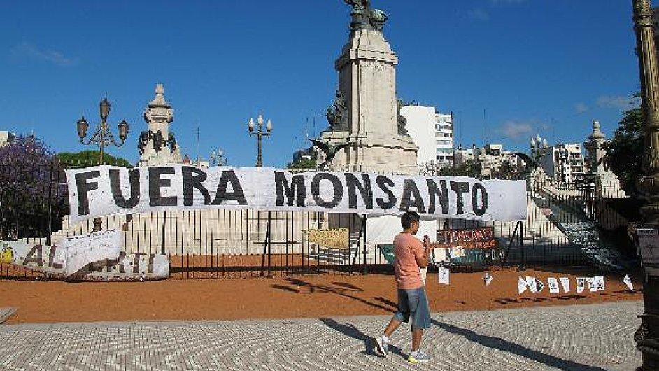 Protesty proti firmě Monsanto před budovou Kongresu v centru Buenos Aires
