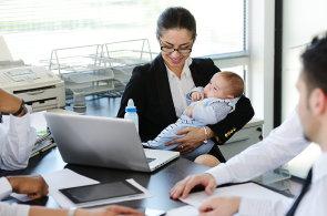 S návratem do práce po rodičovské dovolené by ženám měly pomoci mimo jiné nové kurzy - Ilustrační foto.