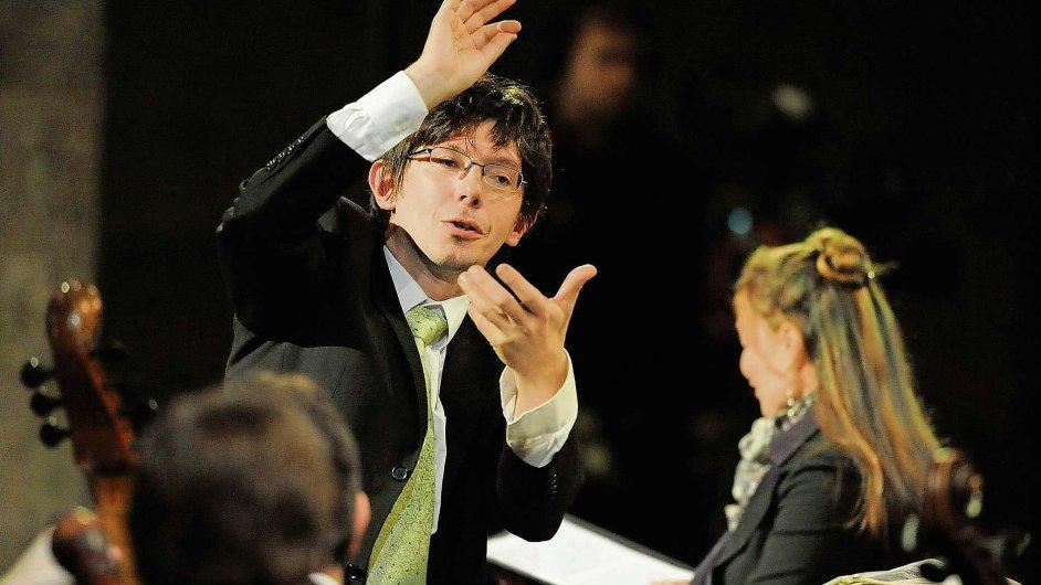 Důraznými, houževnatými pohyby těla jako by dirigent Václav Luks vytesával noty do prostoru.