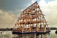 Nigerijsk� architekt Kunle Adeyemi nebezpe�� povodn� vy�e�il tak, �e obyvateln� konstrukce um�stil p��mo na mo�e.