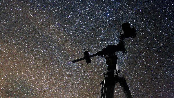 Pohled na hvězdy - ilustrační foto