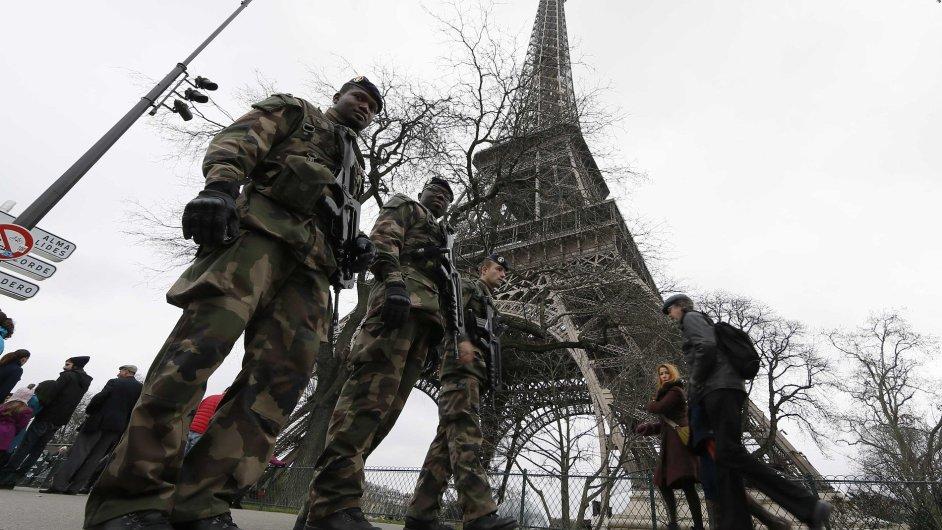 Vojenská hlídka poblíž Eiffelovy věže