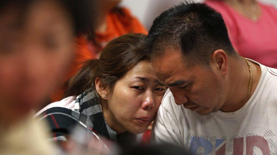 Rodiny pasažérů ztraceného letadla čekají na zprávy o osudu svých blízkých.