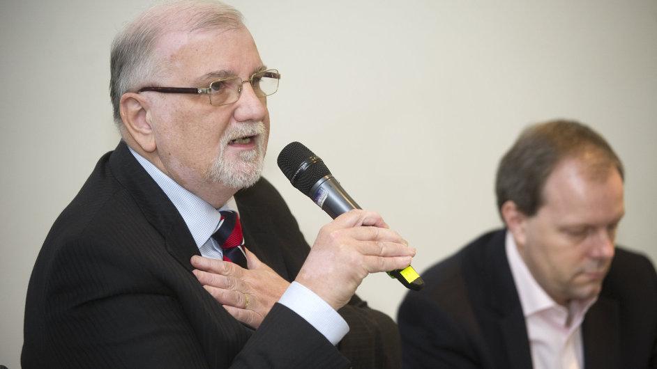 Prezident Svazu průmyslu a dopravy ČR Jaroslav Hanák (vlevo) a ministr školství Marcel Chládek na konferenci.