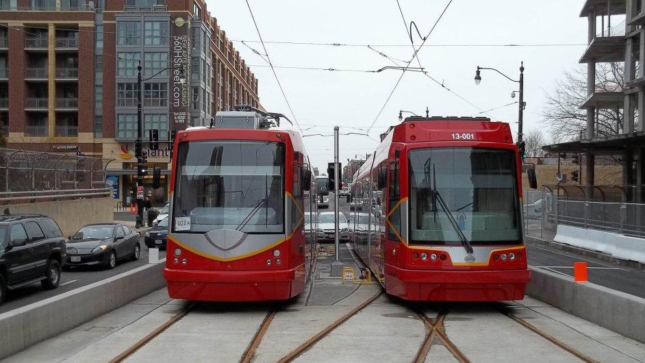 Po šesti letech výstavby tramvajových sítí jezdí nové soupravy (na snímku je vlevo tramvaj české firmy Inekon Group) jen po necelých čtyřech kilometrech testovací tratě ve Washingtonu.
