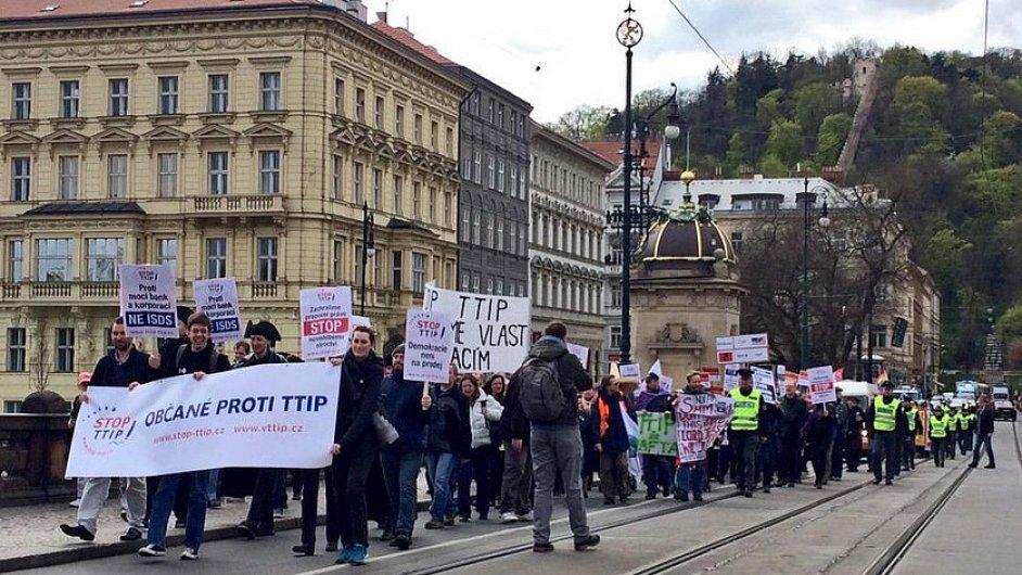 Proti transatlantickému obchodnímu partnerství protestovaly v Praze stovky lidí.