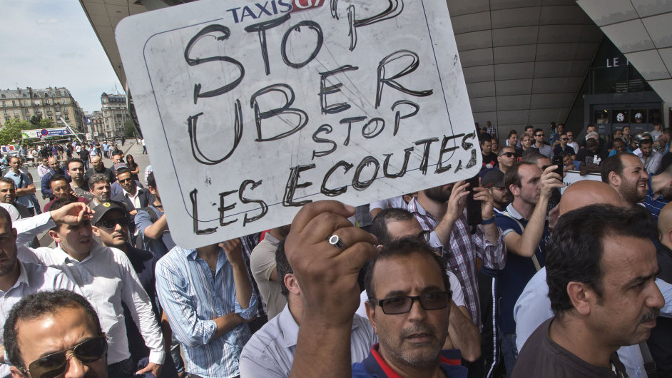 Francouzští taxikáři protestují proti Uberu