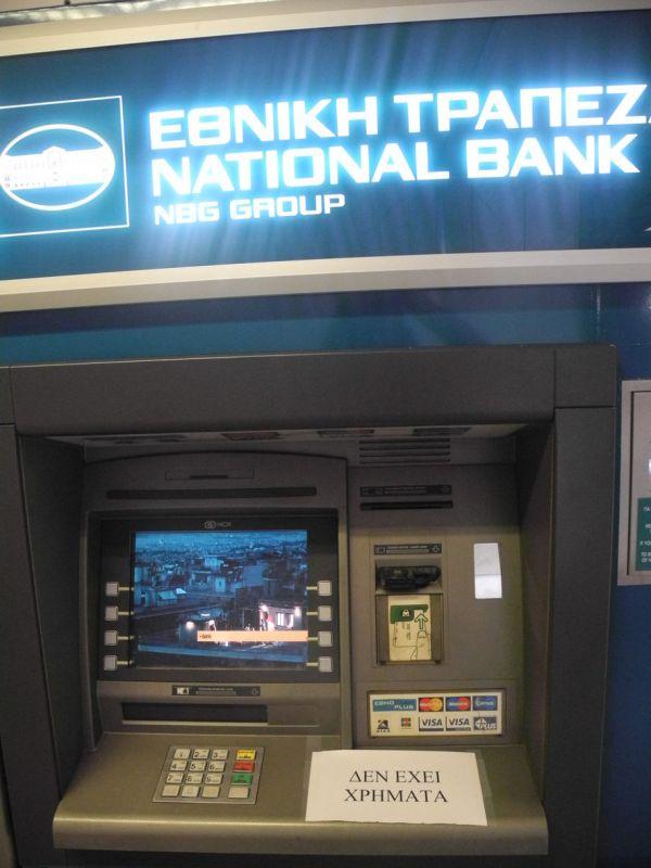 Bankomat v Aténách, kterému došly peníze.