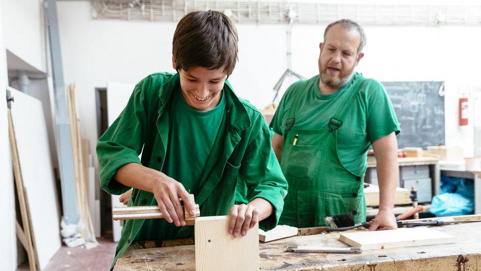 Střední odborná škola stavební a zahradnická na pražském Jarově přišla na výhodné spojení – s řemeslnými cechy, spolky, které sdružují největší odborníky v jednotlivých řemeslech.