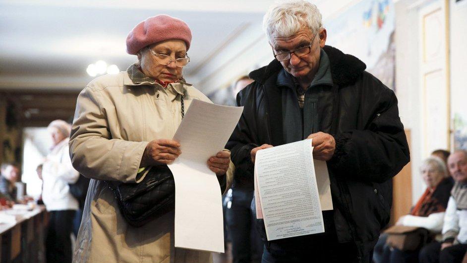 Ukrajinci jdou ke komunálním volbám.