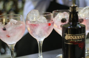 Alkohol, který si oblíbila i královna Alžběta: Britské výrobny ginu nestačí uspokojovat poptávku
