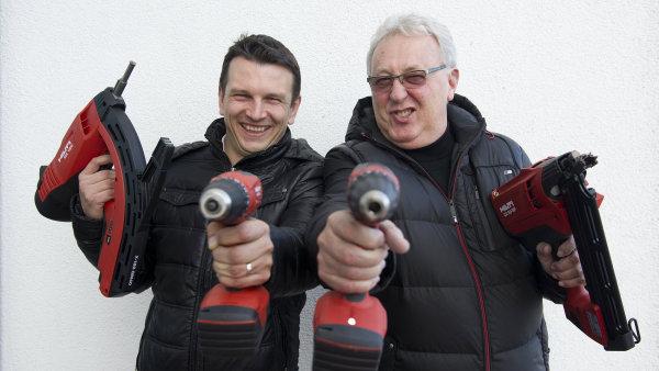 V�m�na veden� v Hilti: Jan Radil (sou�asn� �editel) a Josef Zeidler (odstupuj�c� �editel)