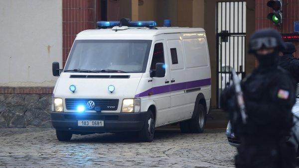Dodávka vyjíždí z pankrácké věznice s Libanoncem Alím Fajádem, který byl údajně vyměněn za pětici českých občanů.