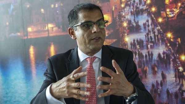 �esko mus� investovat do optick�ch s�t�. Rozvoj st�rnouc� technologie nem� cenu, ��k� �editel Vodafonu Sharma