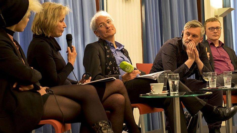 Na snímku ze čtvrteční debaty zleva Daniela Seelová, Dagmar Leupoldová, moderátor Urs Heftrich, Petr Borkovec a Karel Piorecký.