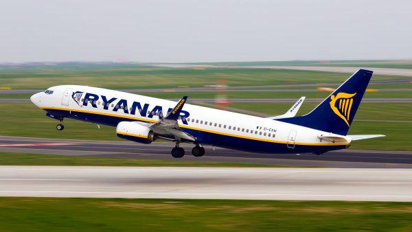 Ryanair kvůli kufrům na palubě létá se zpožděním, zlevní proto odbavená zavazadla.