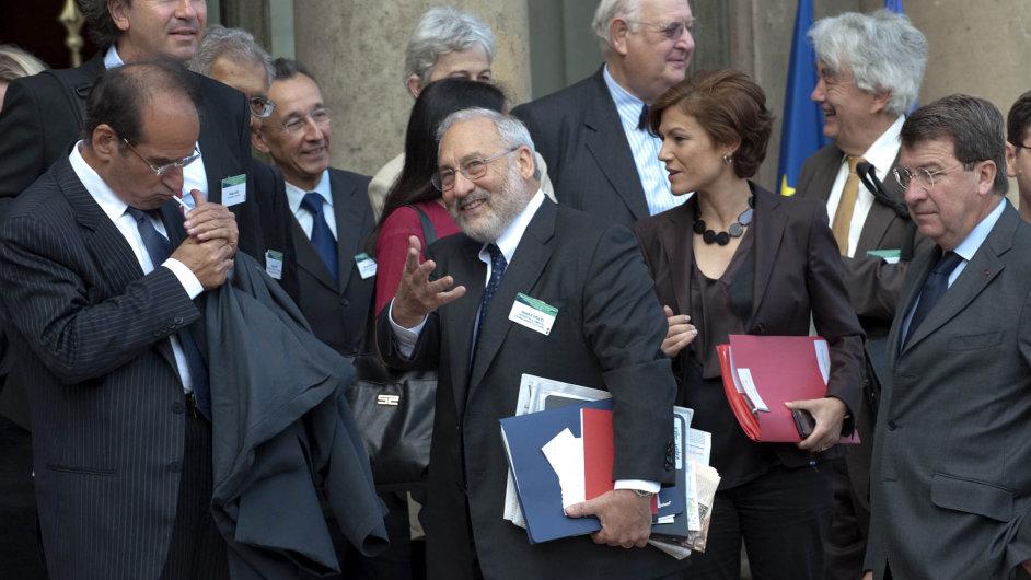 Americký ekonom Joseph Stiglitz (uprostřed) jako kdyby svou novou knihou říkal: