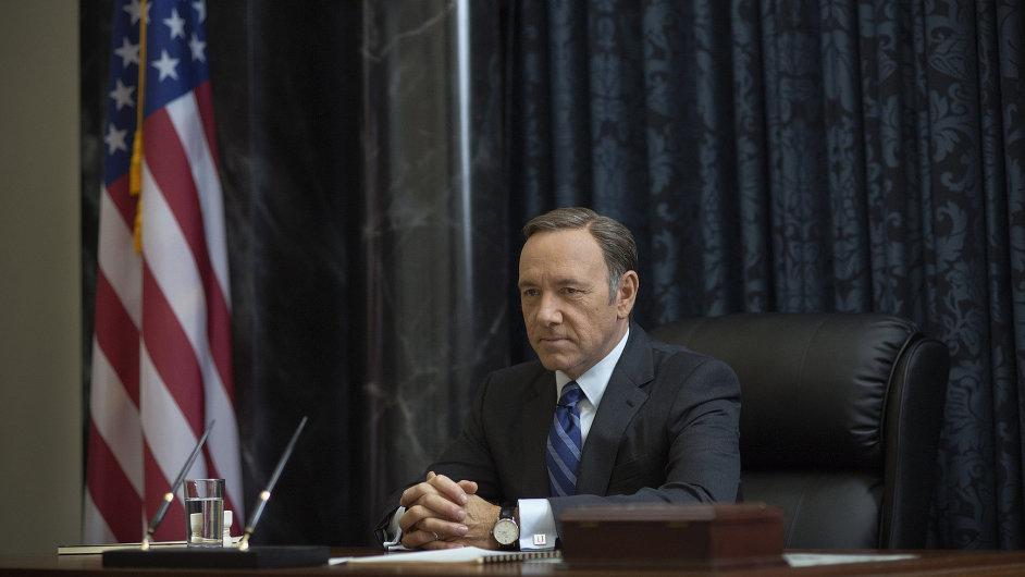 Frank Underwood (hraje ho Kevin Spacey) je v první sérii seriálu členem většiny ve Sněmovně reprezentantů a jeho rolí je udržovat stranickou kázeň.