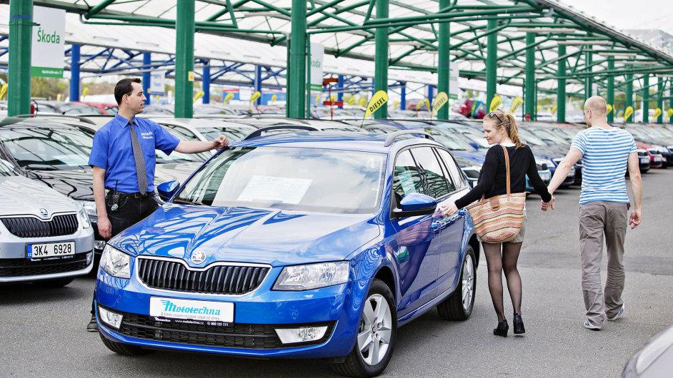 Stovky aut vnabídce bazaru AAA Auto koupila firma jako nové asama je zajela. Pak je prodává jako zánovní pod svou prémiovou značkou Mototechna.