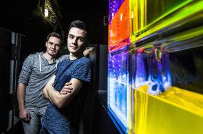Začali experimentem v laboratoři, teď budou kapalinou svítit ve vlastním pražském baru